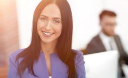 Успешная молодая бизнес-леди с очаровательной уверенно улыбкой Стоковое фото RF