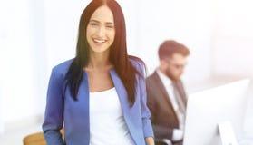 Успешная молодая бизнес-леди с очаровательной уверенно улыбкой Стоковое Изображение