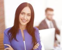 Успешная молодая бизнес-леди с очаровательной уверенно улыбкой Стоковые Изображения
