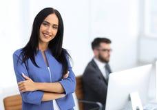 Успешная молодая бизнес-леди с очаровательной уверенно улыбкой Стоковые Фото
