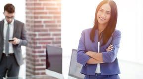 Успешная молодая бизнес-леди с очаровательной уверенно улыбкой Стоковое Фото
