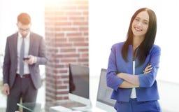 Успешная молодая бизнес-леди с очаровательной уверенно улыбкой Стоковое Изображение RF