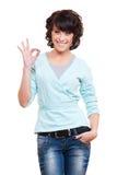 Успешная молодая женщина показывая одобренный знак Стоковое Фото