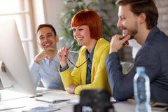 Успешная работая команда работая в офисе Стоковое Фото