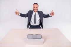 успешная работа Усмехаясь африканский бизнесмен сидя на столе o Стоковое Изображение
