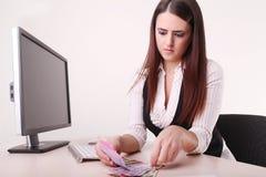 Успешная современная бизнес-леди сидя на столе офиса и coun Стоковое Фото