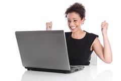 Успешная счастливая молодая женщина на столе - совершенном дне. стоковые изображения