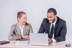 успешная сыгранность 2 бизнесмена говоря совместно пока busi Стоковая Фотография RF