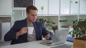 Успешная чернь пользы менеджера на работе сток-видео