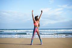 Успешная sporty женщина фитнеса работая на пляже стоковая фотография rf