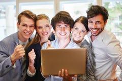 Успешная start-up команда празднует как победитель стоковые фотографии rf
