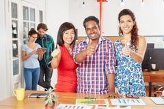 Успешная startup команда держа большие пальцы руки вверх Стоковое Фото