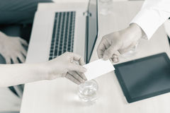 Успешное дело, бизнесмен дает вам дело, карточку посещения Стоковые Фото