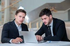 2 успешное и мотивированные бизнесмены работают на проекте Стоковая Фотография RF