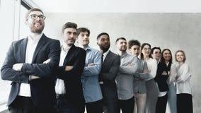 Успешное положение команды дела в строке на офисе стоковое фото
