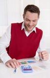 Успешное усмехаясь привлекательное дело на столе. Стоковое Изображение RF