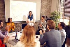 Успешно законченное учтное представление на семинаре с applau стоковое фото