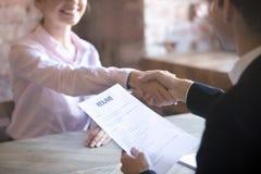 Успешно проведенное собеседование для приема на работу в офисе стоковое фото rf
