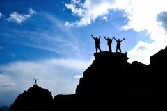 Успешные альпинисты на верхней части горы Стоковое Изображение