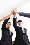 Успешные бизнесмены праздновать группы стоковые фотографии rf