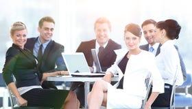 Успешные бизнесмены работая на компьтер-книжке, сидя на tabl Стоковое фото RF