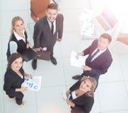 Успешные бизнесмены смотря счастливый и уверенно показ Стоковое Изображение