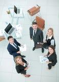 Успешные бизнесмены смотря счастливый и уверенно показ Стоковые Фото