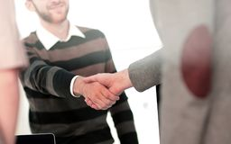 Успешные бизнесмены тряся руки друг с другом двойник Стоковое фото RF