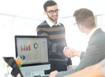 Успешные бизнесмены тряся руки друг с другом Стоковое Изображение RF