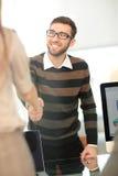 Успешные бизнесмены тряся руки друг с другом Стоковое фото RF