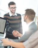 Успешные бизнесмены тряся руки друг с другом Стоковые Изображения