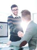Успешные бизнесмены тряся руки друг с другом Стоковое Фото
