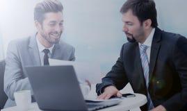Успешные деловые партнеры обсуждают проект и усмехаться Стоковые Фотографии RF
