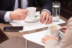 Успешные деловые партнеры встречают в ресторане Стоковая Фотография