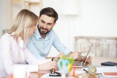 Успешные деловые партнеры обсуждают их работу Стоковые Фото