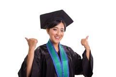 Успешные женские большие пальцы руки студент-выпускника 2 вверх по портрету изолированному на белой предпосылке стоковая фотография rf