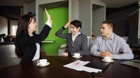 Успешные и молодые 2 люд и женские беседа и toget коллеги Стоковые Изображения