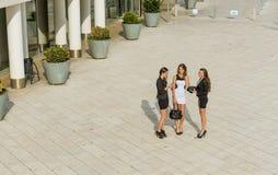 Успешные коммерсантки в городе, перед встречать Стоковое Изображение