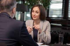 Успешные коллеги имеют деловую встречу в ресторане Стоковые Изображения