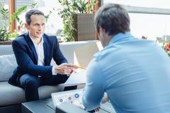 Успешные красивые предприниматели говоря друг к другу Стоковая Фотография