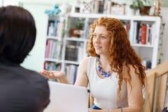Успешные молодые руководители бизнеса встречая на офисе Стоковые Фотографии RF