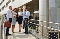 Успешные молодые бизнесмены офисным зданием Стоковые Изображения RF