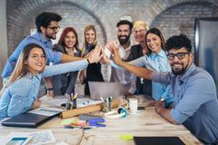 Успешные предприниматели и бизнесмены достигая целей стоковое изображение rf