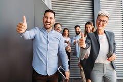 Успешные предприниматели и бизнесмены достигая целей стоковые изображения rf