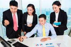 Успешные предприниматели смотря компьютер стоковое фото rf