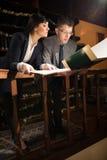 Успешные юристы или бизнесмен прочитали важные документы Стоковые Фотографии RF