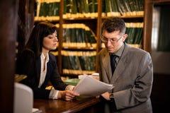 Успешные юристы или бизнесмен прочитали важные документы, indoo Стоковое Изображение