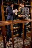 Успешные юристы или бизнесмен прочитали важные документы, indoo Стоковое Фото
