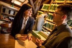 Успешные юристы или бизнесмен прочитали важные документы, indoo Стоковое Изображение RF