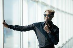 Успешный афро американский бизнесмен стоит в прихожей его компания стоковая фотография rf